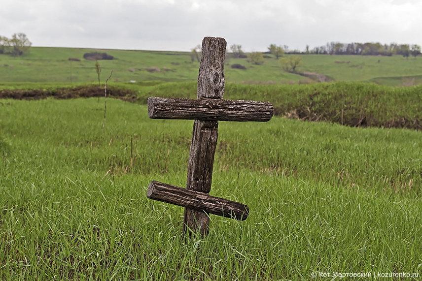 Почти сгнивший могильный деревянный крест