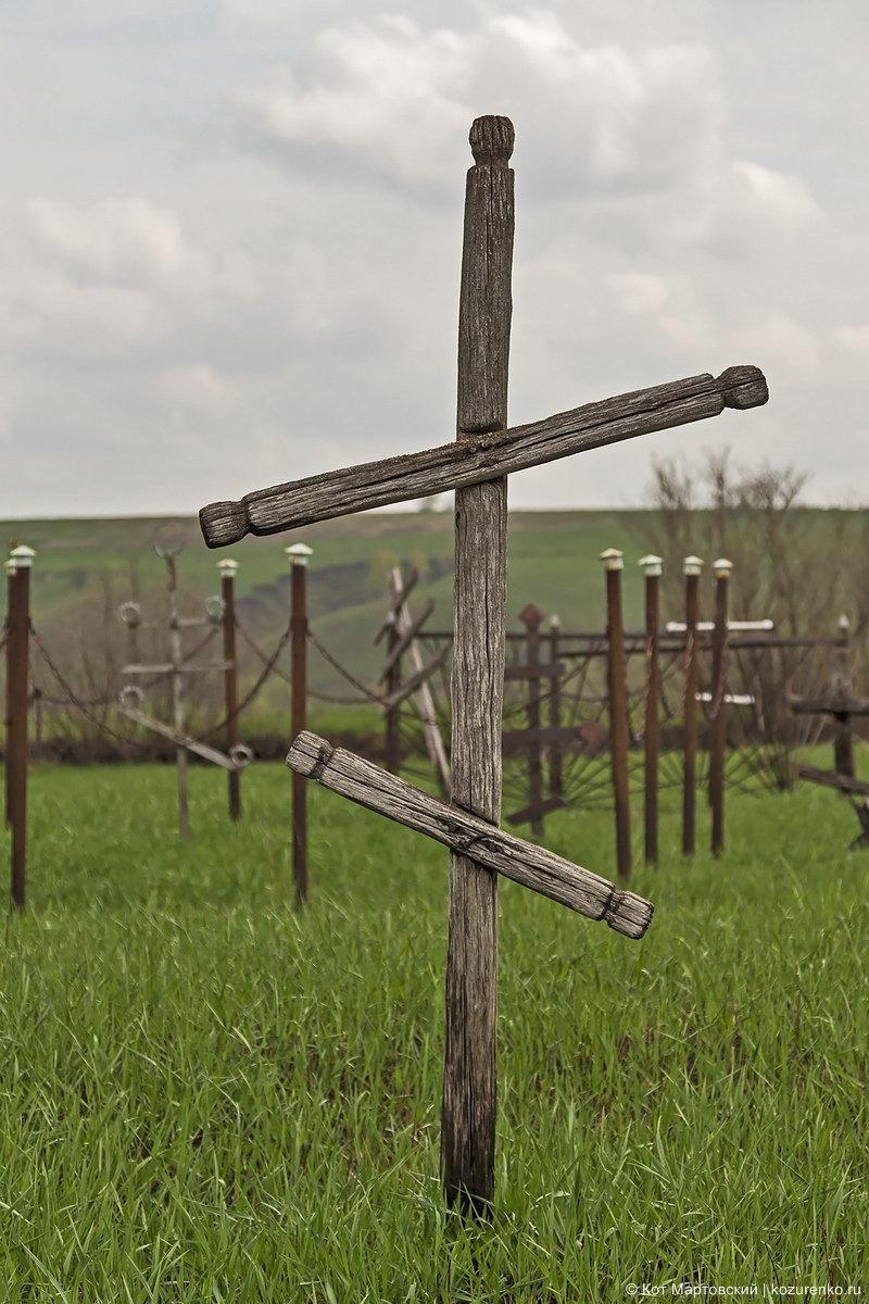 Старый деревянный крест