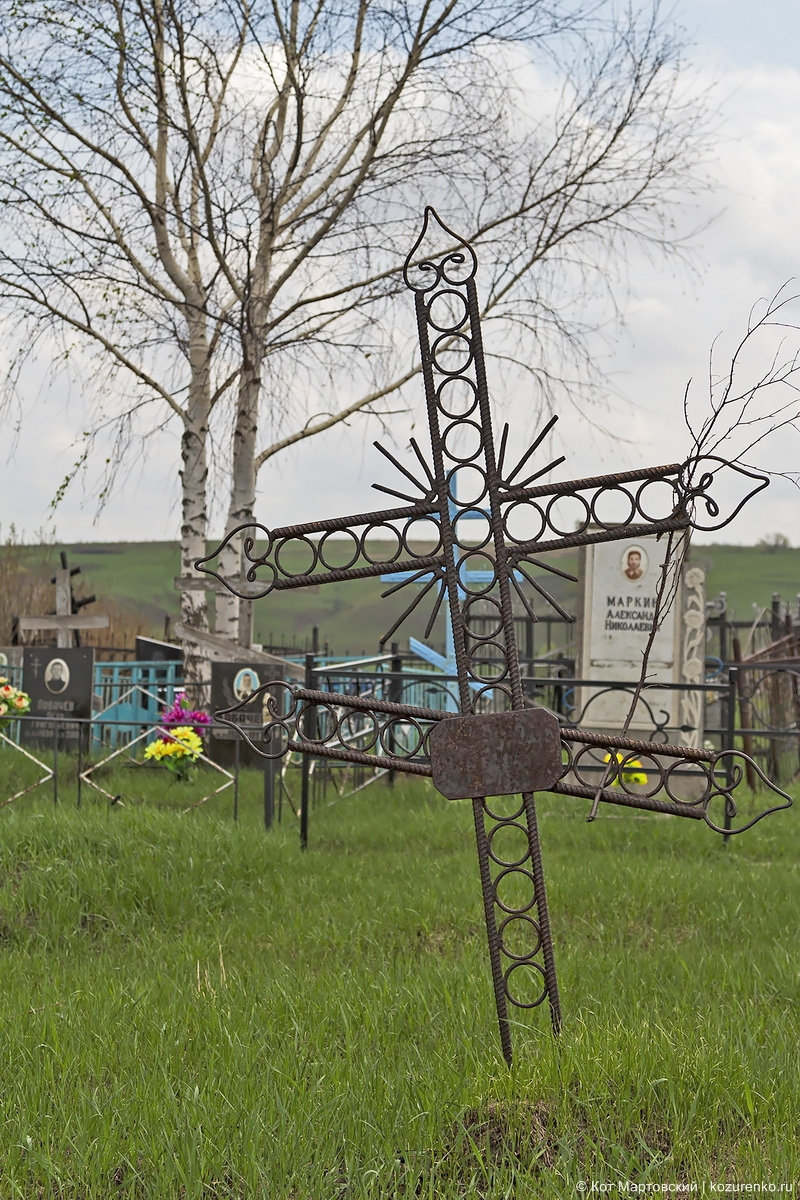 Старый крест из арматуры на заброшенной могиле