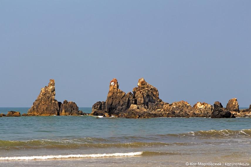 Скалы на пляже в Арамболе