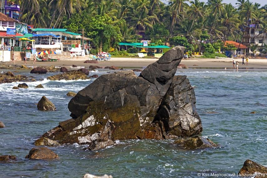 Каменистое дно пляжа