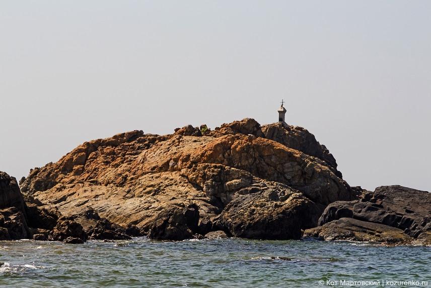 Католический крест на скале