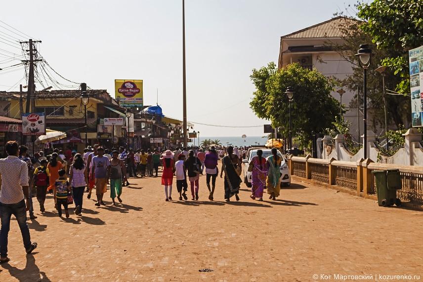 Дорога в сторону пляжа усеяна лавками торговцев