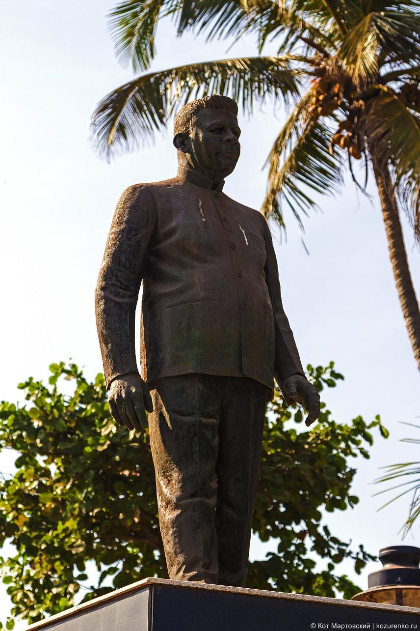 Бронзовая статуя на входе на пляж Калангут