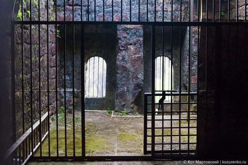 Закрытая комната, попасть внутрь можно только подобрав ключ к замку