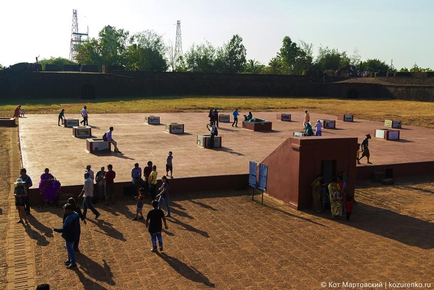 Туристы во внутреннем дворе форта