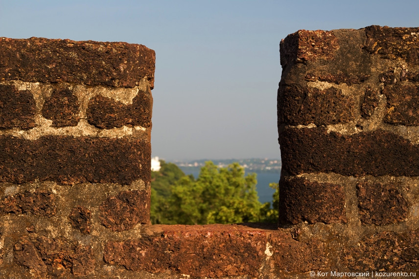 Бойница в каменной стене