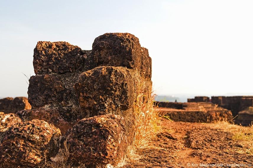 Время и влажный климат беспощадны к каменным стенам