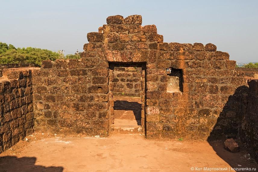 Внутренняя комната форта. Крыша и стены частично разрушены