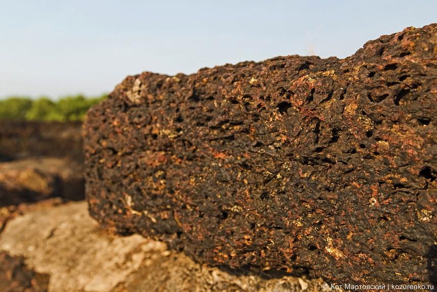 Каменная кладка из пористой твердой породы