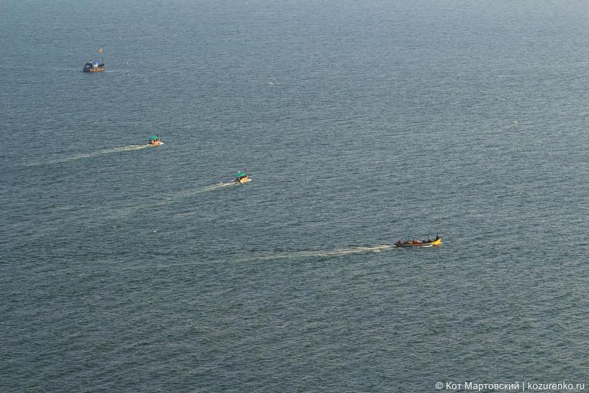 Прогулочные лодки с туристами