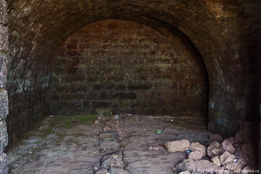 Внутренние комнаты форта. Вход закрыт решетками