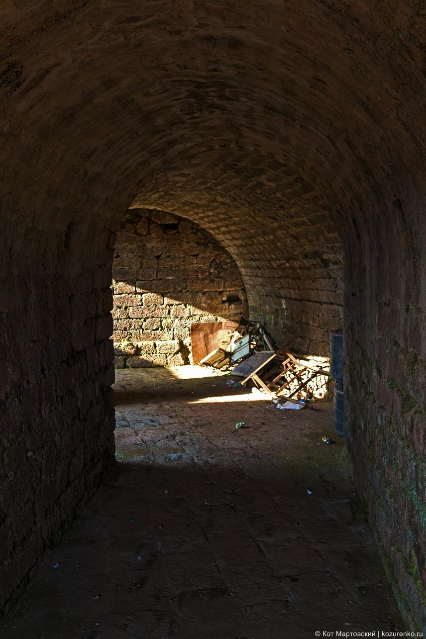 Коридор в стене