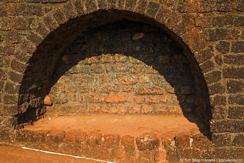 Каменная ниша для хранения боеприпасов или инвентаря