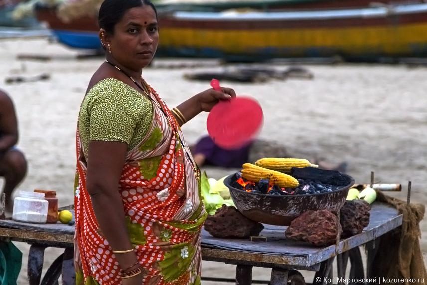 Продавщица жареной кукурузы на пляже