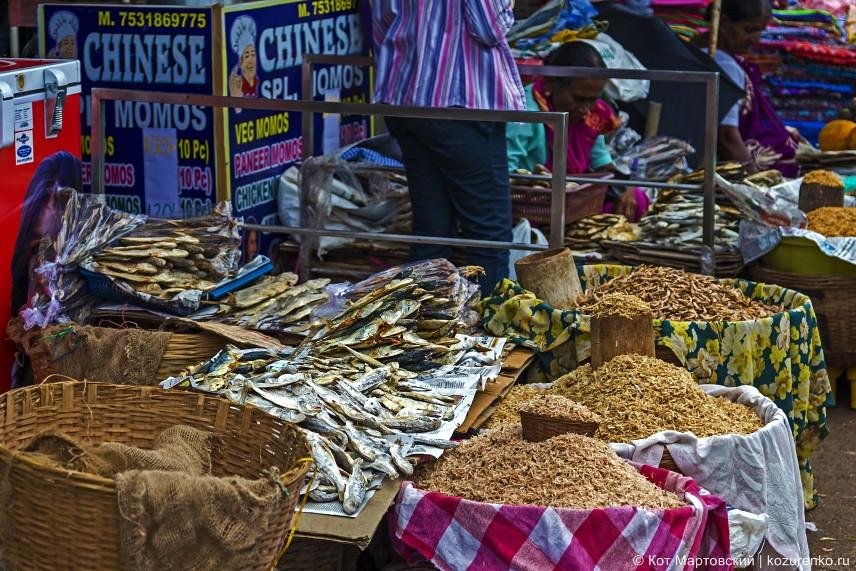 Бочки с сушеными креветками и конечно же рыбой