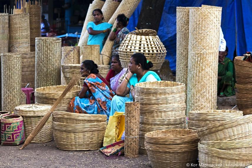 Скучающие продавщицы плетеных корзин и циновок. Сегодня продажи идут плохо
