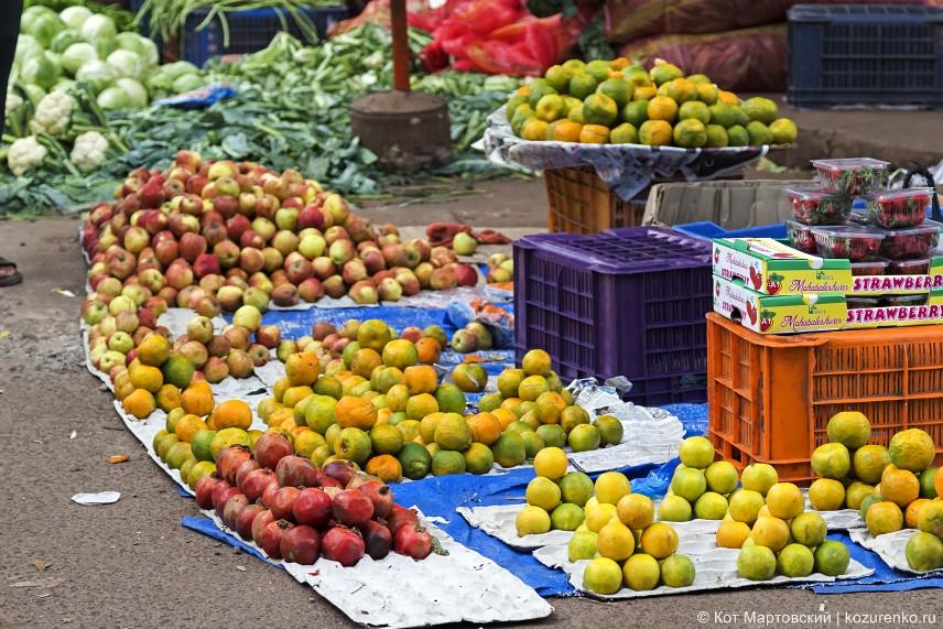 Капуста, яблоки, мандарины, гранаты, клубника