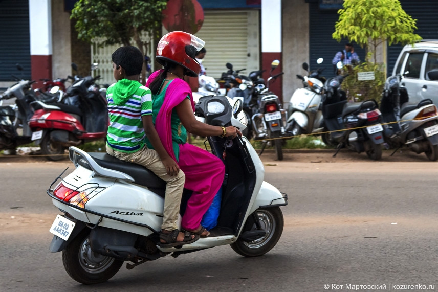Дама с ребенком на попеде у рынка