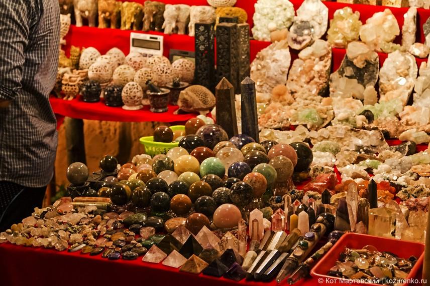 Полированные камни. Можно купить шар для колдовства :))