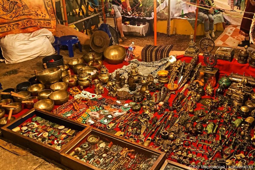 Латунные изделия из Тибета. Много очень прикольных штук, которые непременно хочется купить