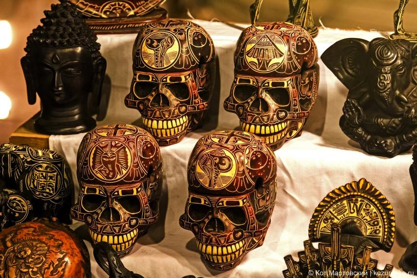 Очень эффектные пепельницы или шкатулки в форме раскрашенных черепов