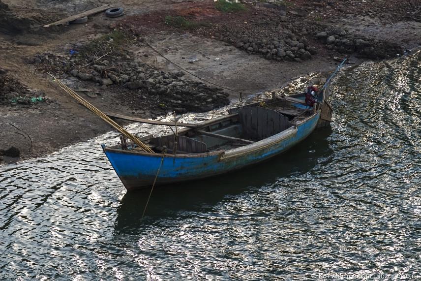 Рыбацкая лодка у моста