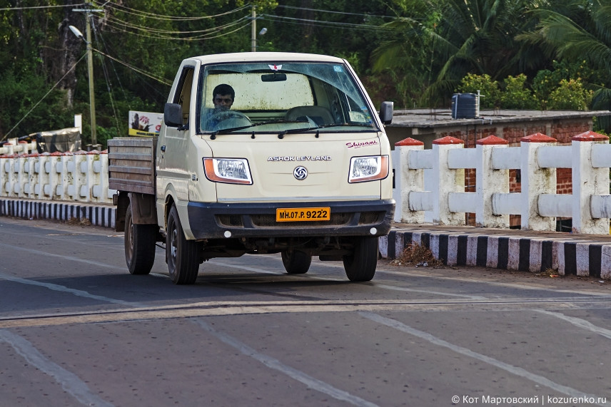 Пристальный взгляд водителя из кабины маленького грузовичка Ashok Leyland