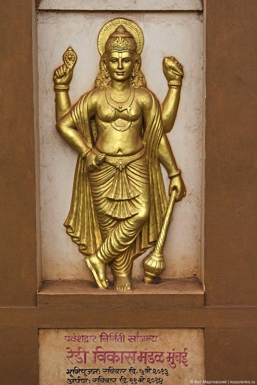 Фигуры индийских божеств на воротной арке