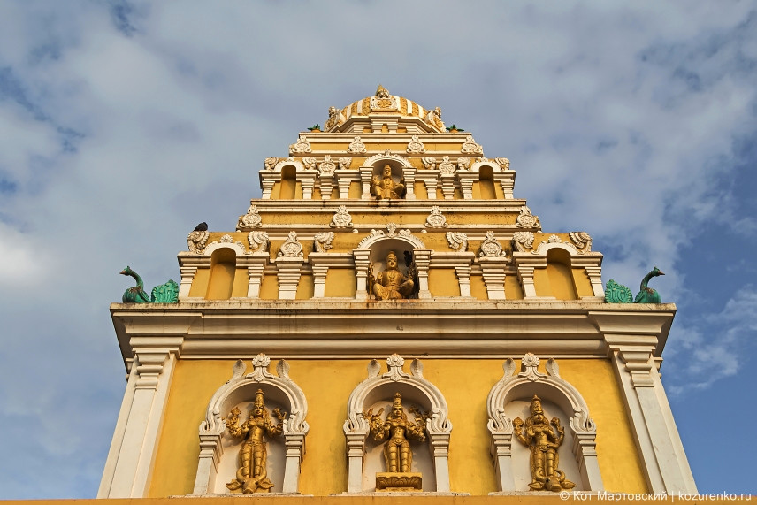 Барельефы и фигуры божеств на стенах храма