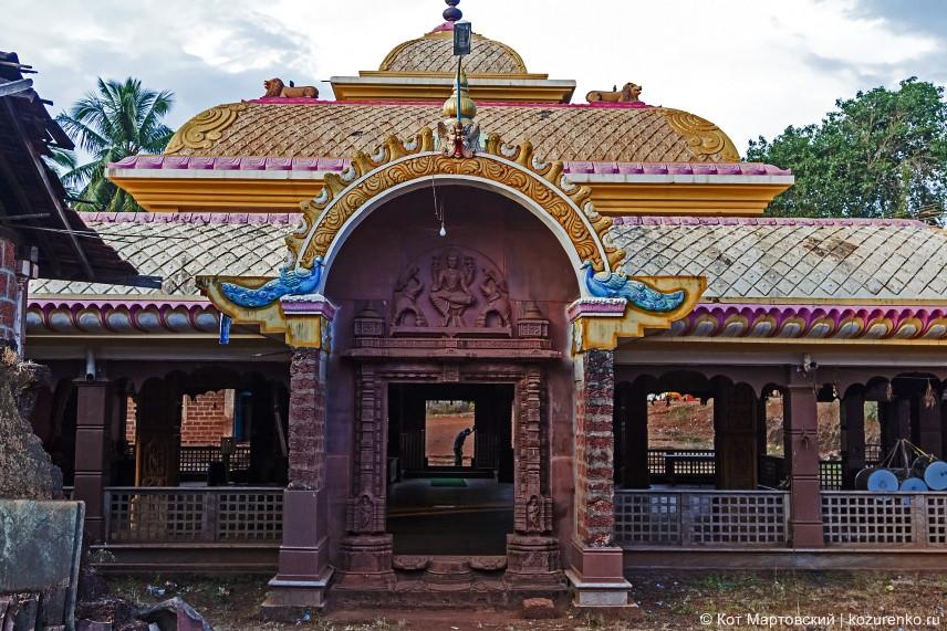 Храмовый холл имеет три входа