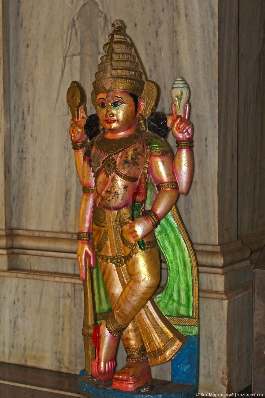 Статуэтки внутри храма