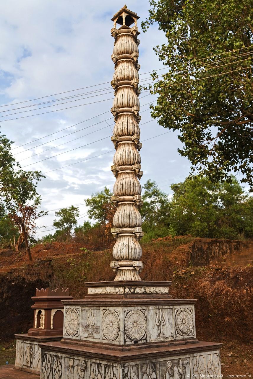 Какой-то ритуальный столб у храма