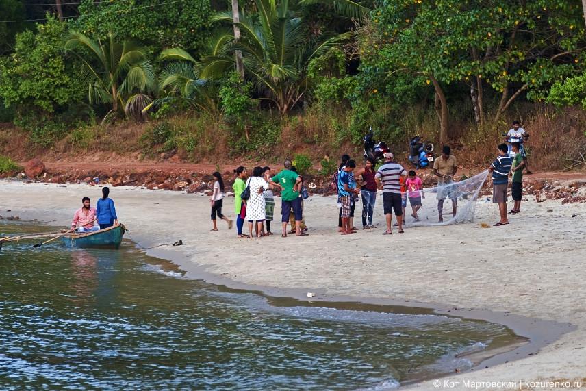 Ребятня приплыла на маленькой лодке и рассматривает в сети свой скромный улов