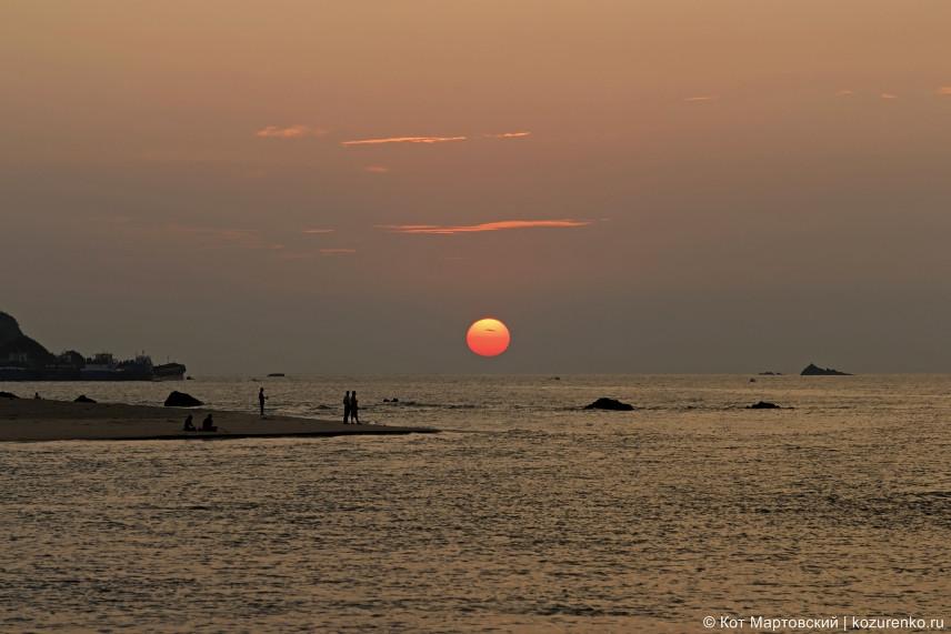 Огромный диск красного гоанского солнца