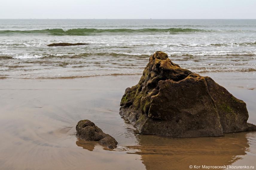 Каменные глыбы у воды