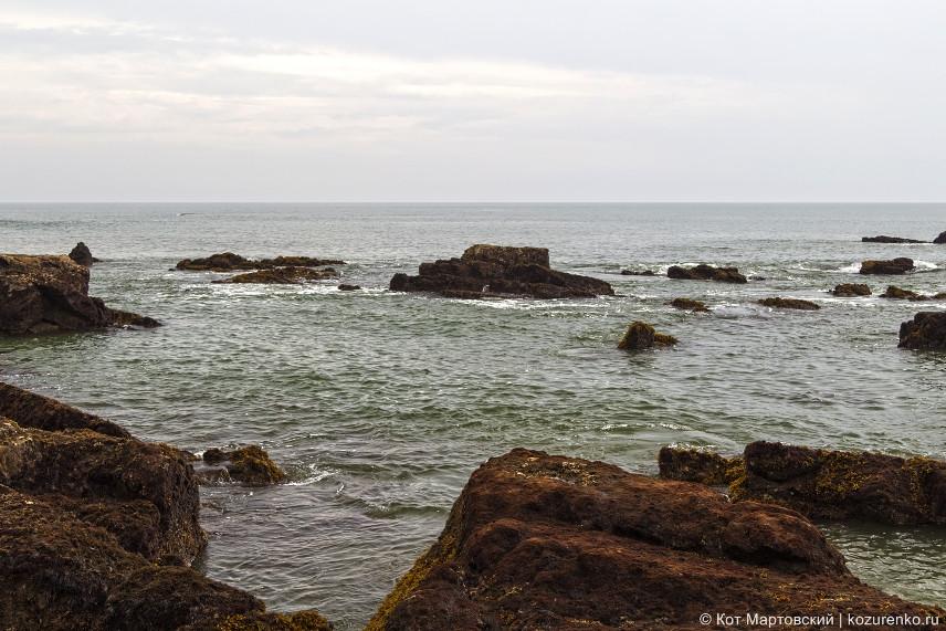 Слева на пляже много камней. Можно полазить и погонять крабов