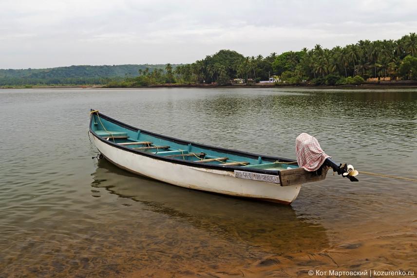 Лодка у парома