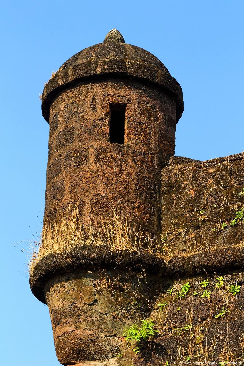 Смотровая башня с бойницами для ружей в углу форта