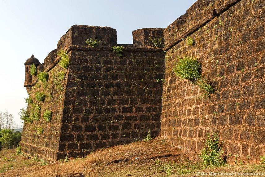 Стены хорошо сохранились. Высота стен метров 5-6