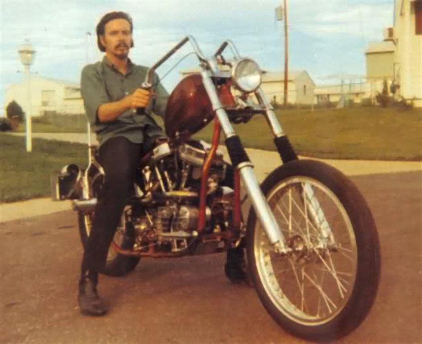 "Дэвид Манн на своем мотоцикле с двигателем PanHaed и рулем типа ""Заячьи уши"""